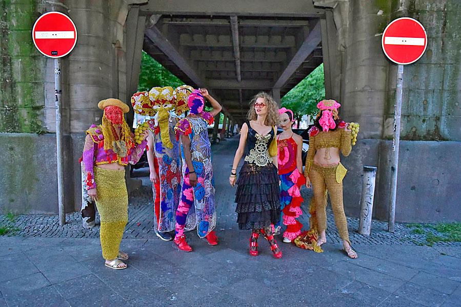 Gruppenfoto, eventfotograf berlin, urban nation, streetart, veranstaltungsfoto, fotograf berlin, mobiles fotostudio, fotos für firmenevents, lora zombie, OLEK