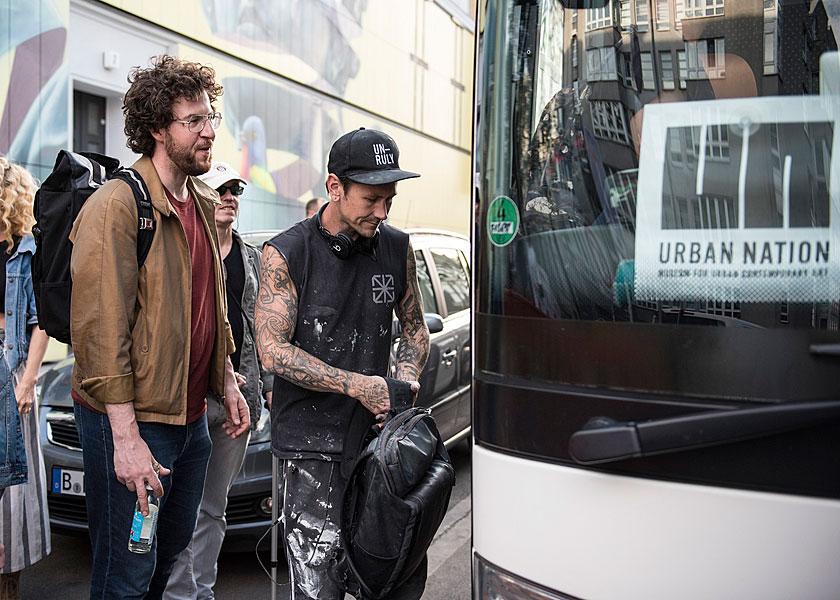 Gruppenfoto, eventfotograf berlin, urban nation, streetart, veranstaltungsfoto, fotograf berlin, mobiles fotostudio, fotos für firmenevents, bustour durch berlin
