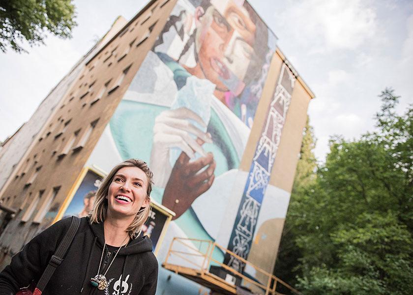 Gruppenfoto, eventfotograf berlin, urban nation, streetart, veranstaltungsfoto, fotograf berlin, mobiles fotostudio, fotos für firmenevents, bustour durch berlin, one wall project, elle street art