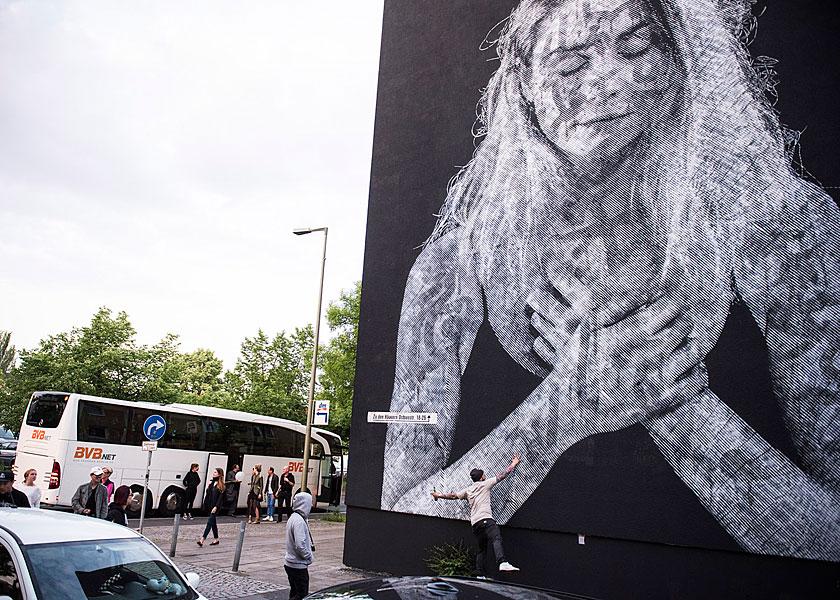 Gruppenfoto, eventfotograf berlin, urban nation, streetart, veranstaltungsfoto, fotograf berlin, mobiles fotostudio, fotos für firmenevents, bustour durch berlin, one wall project